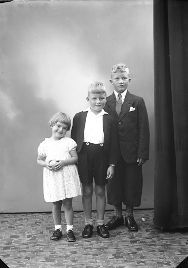 """Enligt fotografens journal nr 6 1930-1943: """"Johansson, Oskar barn Här""""."""