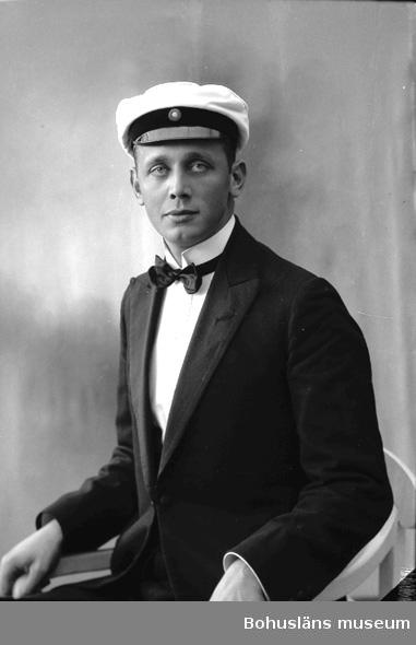 """Enligt fotografens journal nr 5 1923-1929: """"Norne, Kand. Artur Kyrkenorum Här""""."""