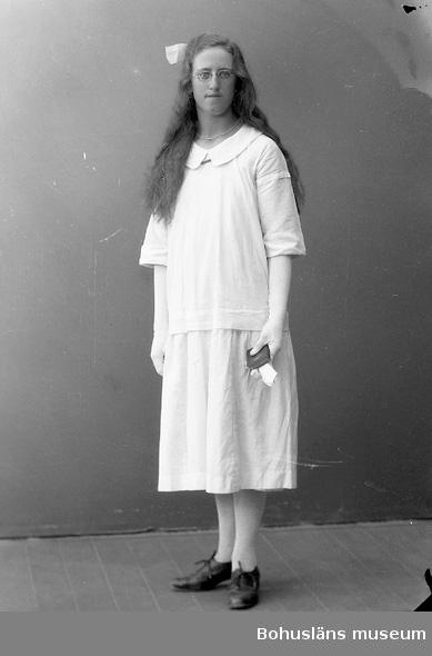 """Enligt fotografens journal nr 5 1923-1929: """"Eliasson, Ester St. Gategård Här""""."""