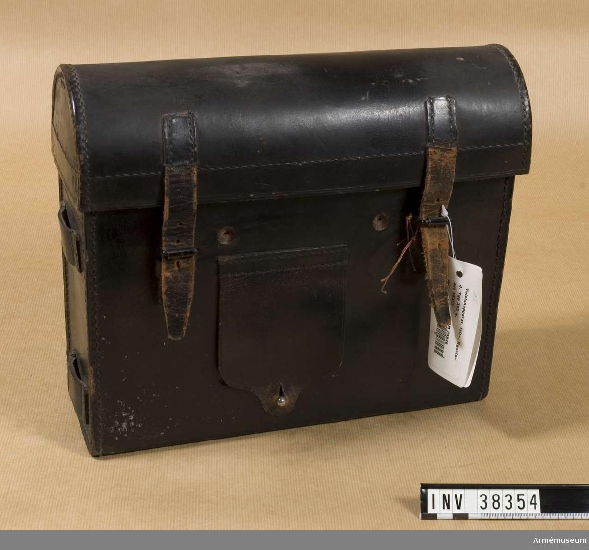 Grupp H I.   Samhörande nr AM.038353-AM.038354, telefon, väska.