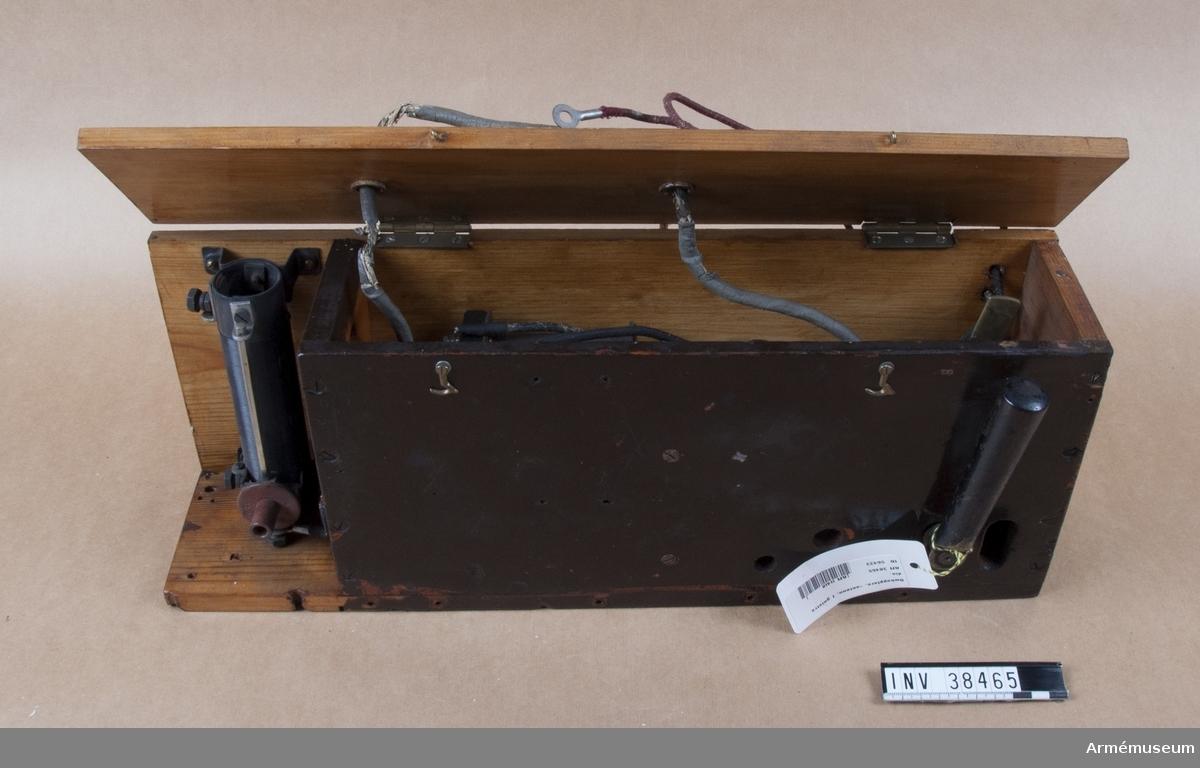 Grupp H II. Användes för att reglera magnetiseringen å generatorn. Innehåller förutom skjutmotstånd för detta ändalmål även antennomkastare vid övergång från sändning till mottagning eller tvärtom.