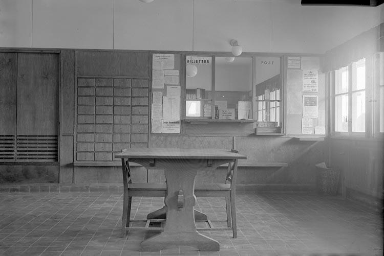 """Enligt fotografens journal nr 6 1930-1943: """"Järnvägsstationen Stora Höga""""."""