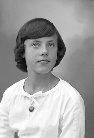 """Enligt fotografens journal nr 9 1958-: """"Cervin, Elisabeth, Ödsmål-Göteborg""""."""