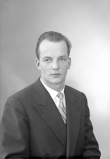 """Enligt fotografens journal nr 9 1958-: """"Hirvonen, Herr R. Box 38, Stenungsund"""