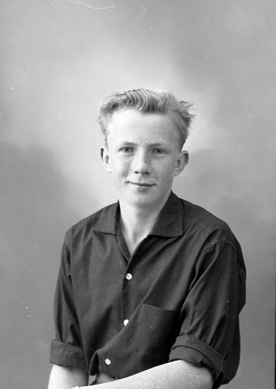 """Enligt fotografens journal nr 9 1958-: """"Johansson, Lars Haga Svanesund""""."""