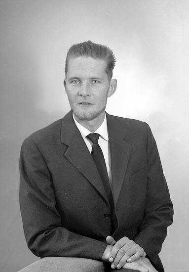 """Enligt fotografens journal nr 9 1958-: """"Hansson, Herr Nils Halleby gård, Jörlanda""""."""
