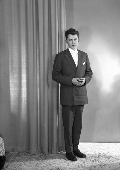"Enligt fotografens journal nr 9 1958-: ""Eriksson, Lars Erik Röra Svanesund""."