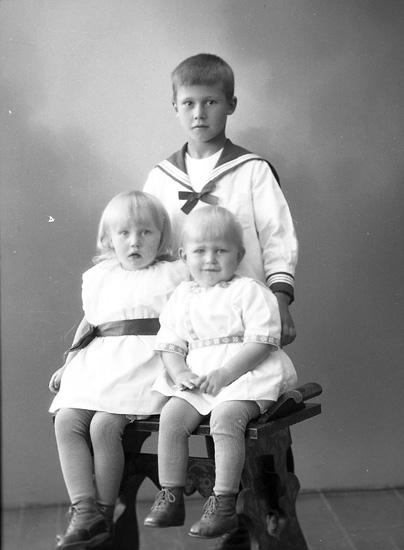 """Enligt fotografens journal nr 5 1923-1929: """"Leandersson, Sven Ö. Skår Här""""."""