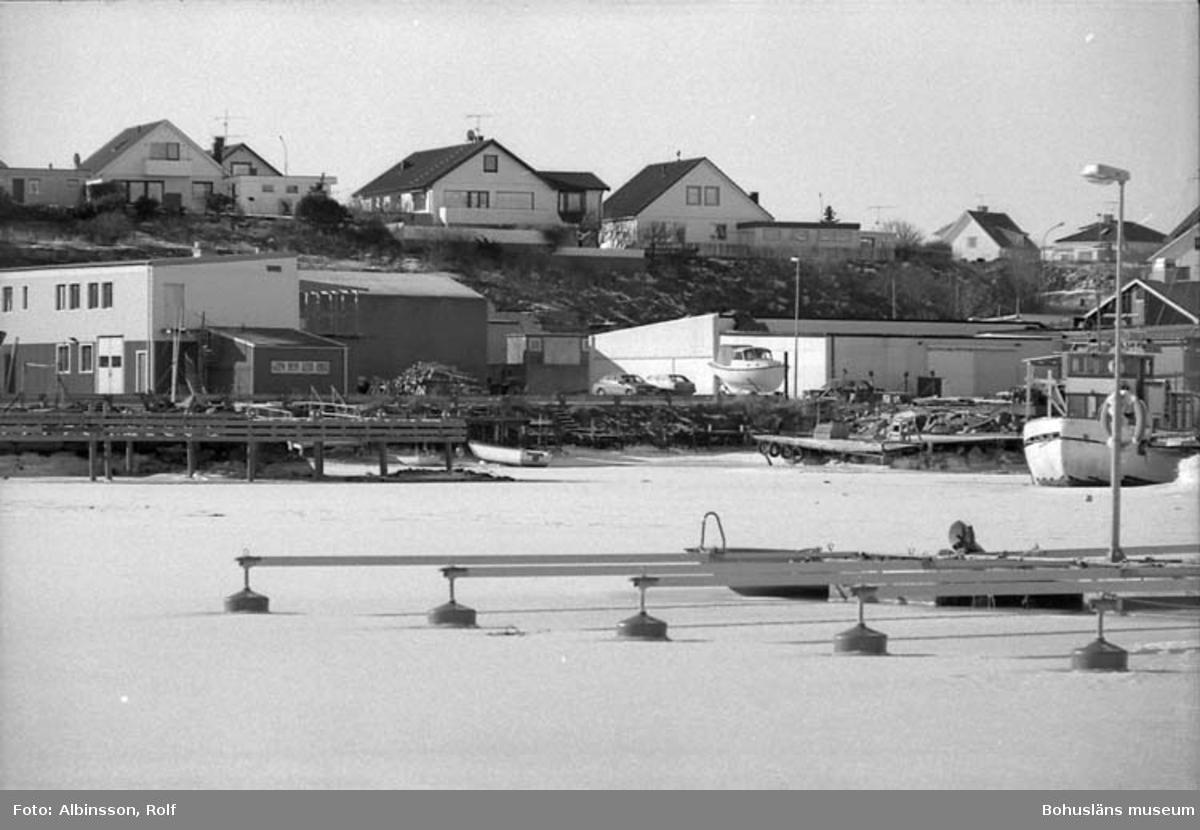 """Enligt fotografens noteringar: """"Olika vinklar på gamla Festabfabrikens läge på Fisketången."""" Fototid: 1996-03-06."""