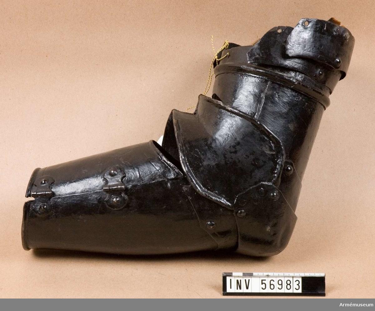 Grupp D IV. Armskena till halvrustning, Sverige. 1600-1650-tal. Remtyg fattas. Armskena med samhörande kyrass, armskena och axelplåt.