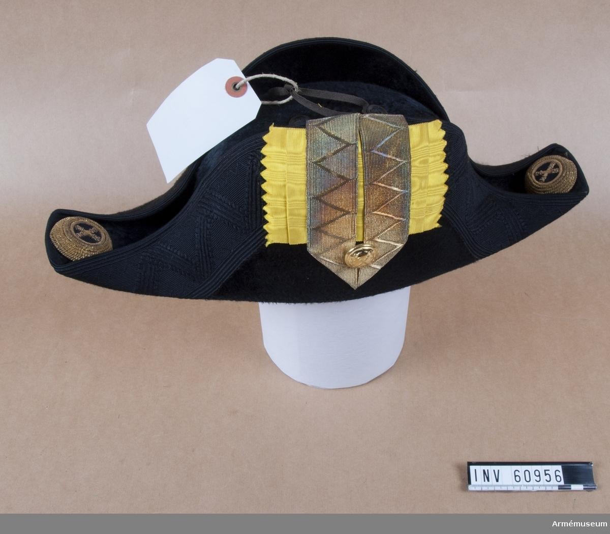 Grupp C I. Trekantig hatt med samhörande fodral. Ur uniform för överstelöjtnant vid Generalstaben, bestående av vapenrock, epåletter, ridbyxor, hatt, plym.