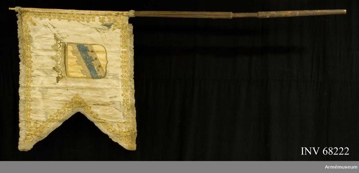 Dragonfana, livfana vid Ingermanländska dragonregementet. Duk av dubbel vit atlas. På inre sidan dubbelt C under sluten, kunglig krona, innefattat i två nertill hopknutna palmkvistar i påsydd gul damast med guldkonturer. Yttre sidan med Ingermanlands (Invangorods) vapen.  Stång av furu, ovan greppet med åtta räfflor.  Spets av förgylld mässing.