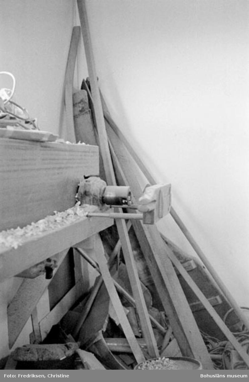 """Motivbeskrivning: """"Båtbyggare Henry Josefsson, pinnsvarv."""" Datum: 19800919"""