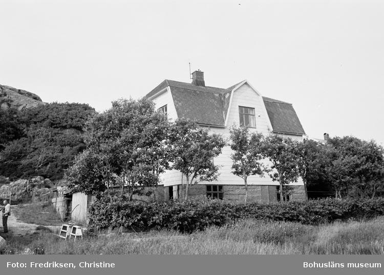 """Motivbeskrivning: """"Båtbyggare Wiktor Carlssons bostadshus, sett från sjösidan. Örn, PA Kungshamn. I Källarplanet finns båtbyggar verkstaden""""."""