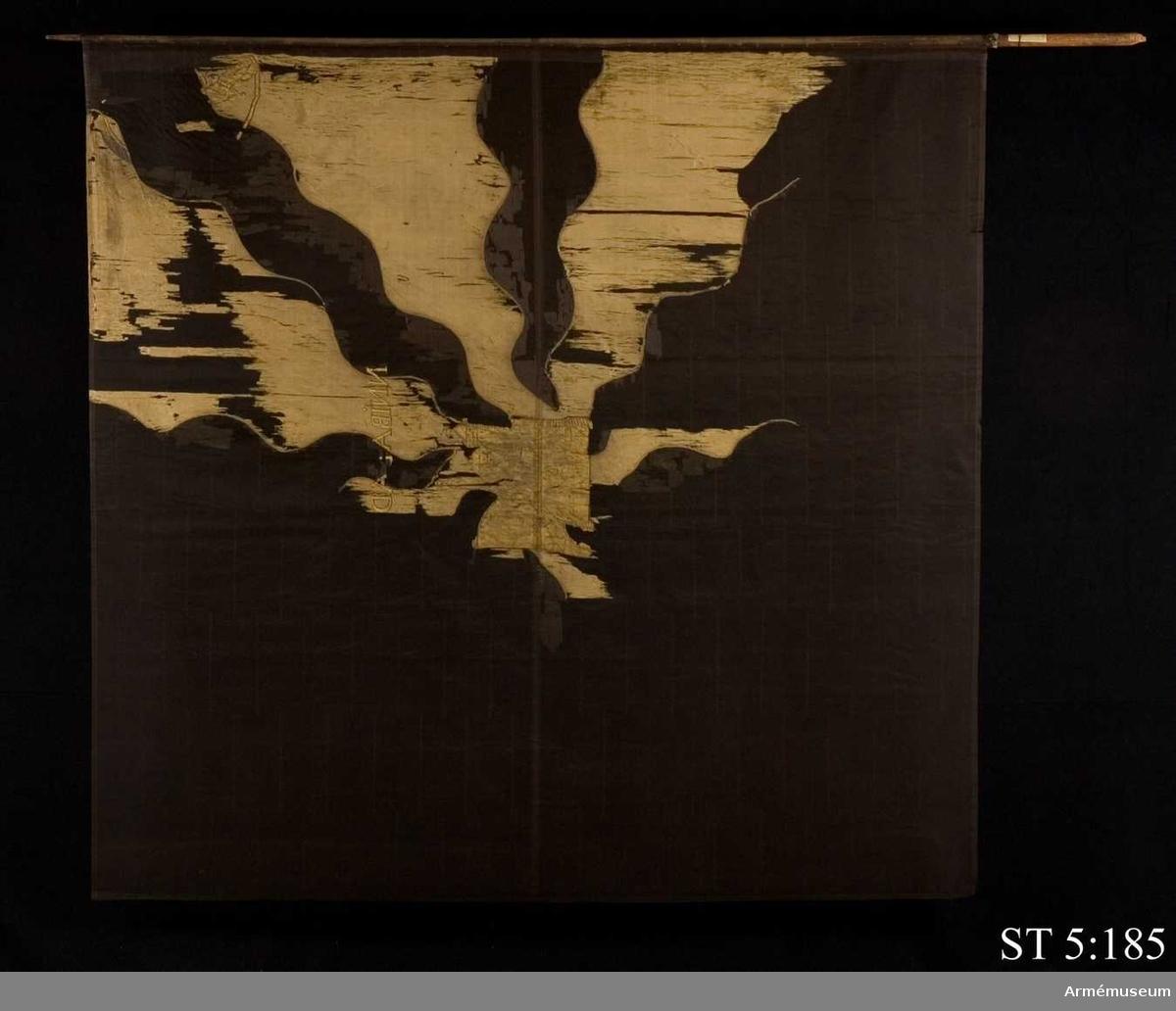 Duk av gul sidentaft med flammor av svart taft. Motivet målat i guld. I mitten en borg eller stadsport och i stångsidans övre hörn det norska lejonet. Över borgen har devisen HANNIBAL AD PORTAS ursprungligen funnits varav bara fragment återstår.  Duken har ursprungligen varit fastspikad vid stången med tännlikor på 5 cm:s avstånd från varandra. Omålad stång, avsmalnande mot spetsen.