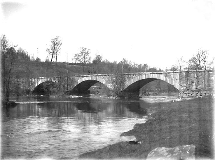 """Enligt noteringar: """"Kvistrumsbron från söder."""" (BJ)"""