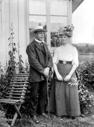 Man och kvinna vid hus