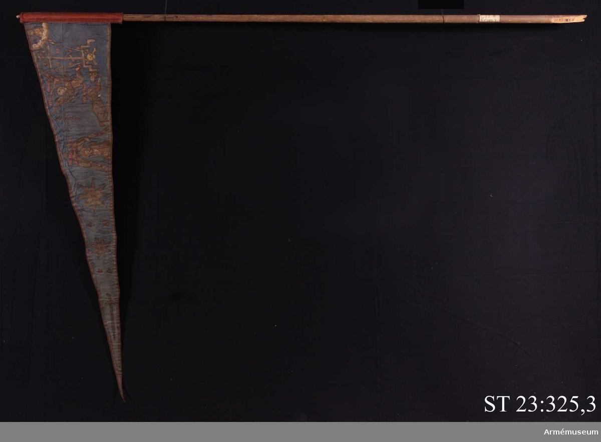 Duk av blå kinesisk sidendamast med målad dekor. Motivet föreställer den romerske kejsaren Konstantins vision av ett kors i skyn kvällen innan slaget vid Pons Mulvius år 312 e Kr mot Maxentius. En ärkeängel med svärd i handen (Gabriel?) svävar över den halshuggne Maxentius. Denna händelse ses som förklaring till att kristna kors började användas på militära fanor. Närmast stångsidan är också ett Golgatakors avbildat. Över detta syns ett moln där Kristus är avbildad.  Strumpa av rött linne.