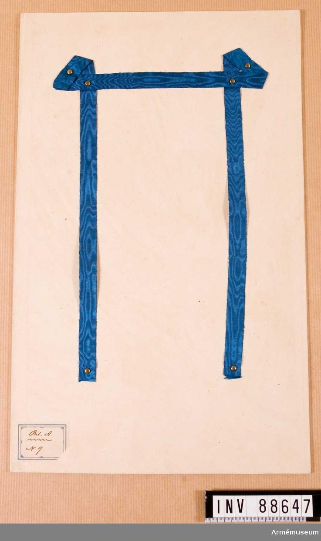 Blått sidenband uppfäst på en kartong. Märkt Bil A N 9