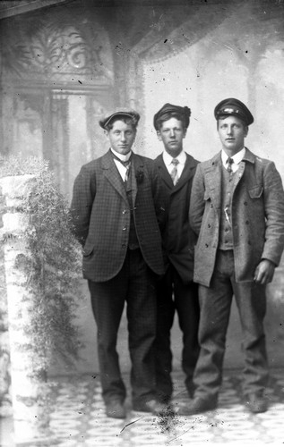 Ateljefoto, tre män::