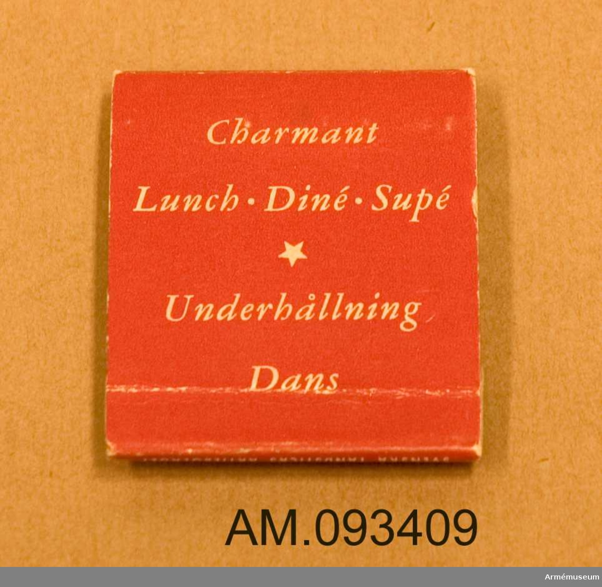 Rött tändsticksfodral i papp med 18 stycken tändstickor. Innehåller både tryckt information och handskrivna noteringar, (se påförd text).