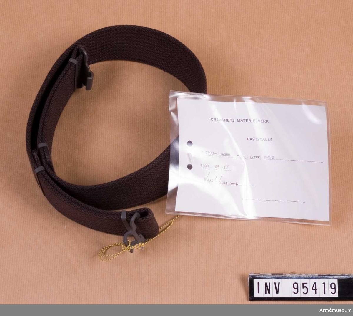 """Vidhängande etikett: """"Försvarets materielverk Fastställs M 7390-116000-5, Livrem m/52, 1985-09-18 (oläslig underskrift)""""."""