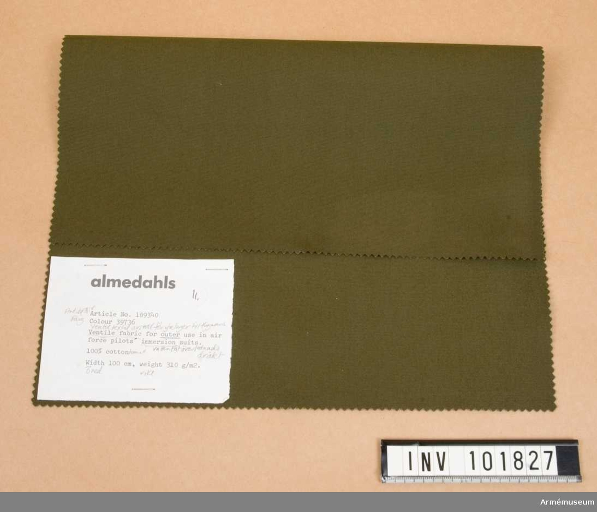 Två prover. Yttertyget har en etikett med text: Ventile fabric for outer use in air force pilots immersion suits. Innertygets etikett har likalydande text.