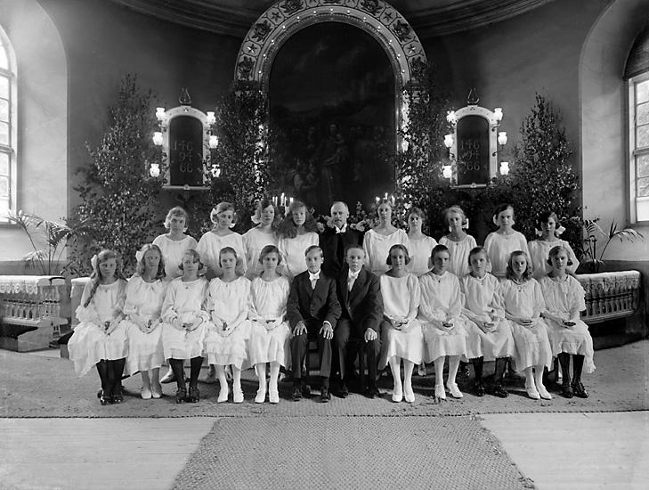 """Enligt tidigare notering: """"Konfirmation, Uddevalla kyrka, sommaren 1923. Pastor Agner."""""""