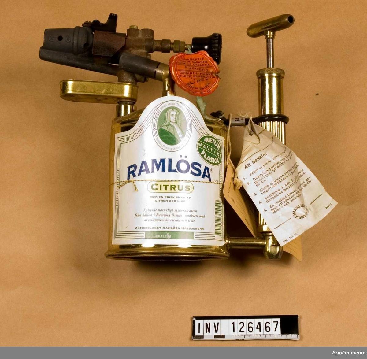 """Vidhängande bruksanvisning på etikett """"Blåslampa med """"Quickstart""""..."""" Rymmer 1 liter."""