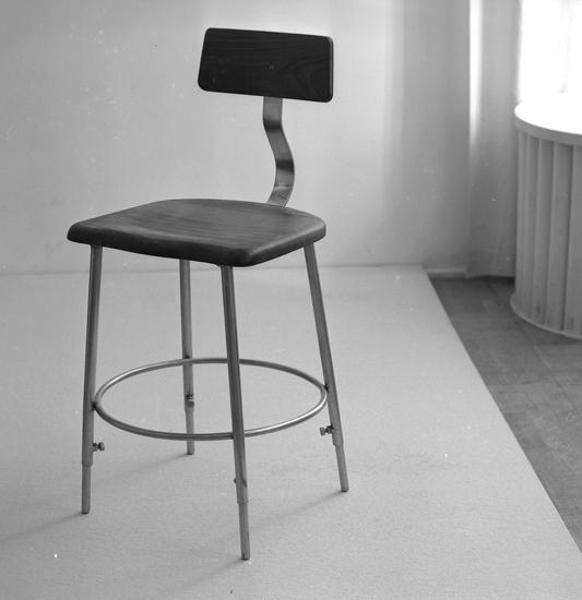 "Text till bilden: ""Stol. Lysekils Bleck o Plåtslageri. Ateljefoto. 1956"""
