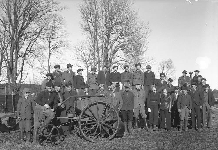 """Text till bilden:""""Samling kring en potatissättare på hjul. April 1940"""