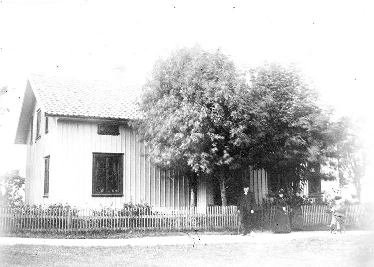 """Text till bilden:""""Ett hus i Ljungskile""""."""