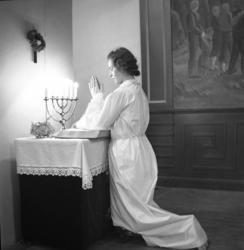 """""""Lucia utan krona vid altaret. V. U. Skolan""""."""
