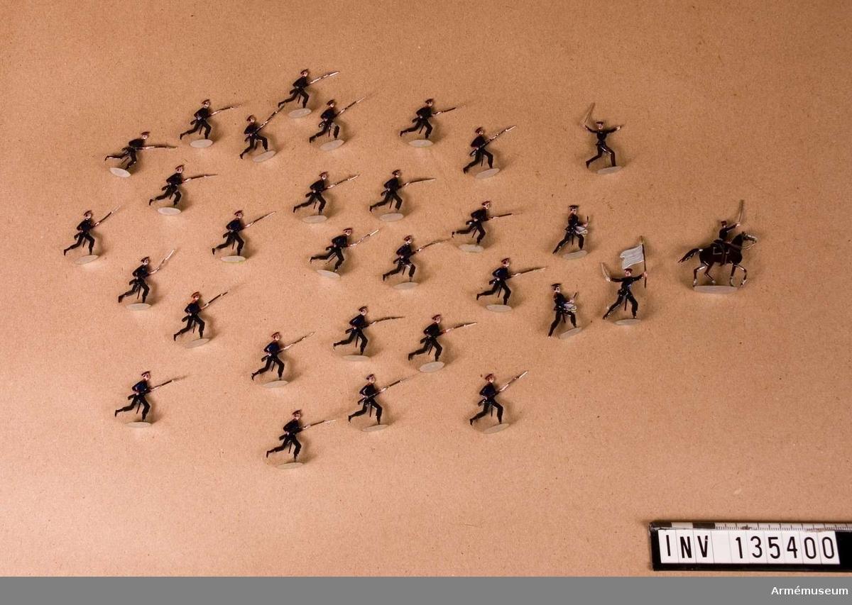 Föreställer infanteri i mössa i anfall.