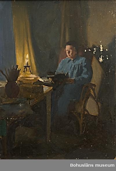 Kvinna i rum i skenet av ett stearinljus