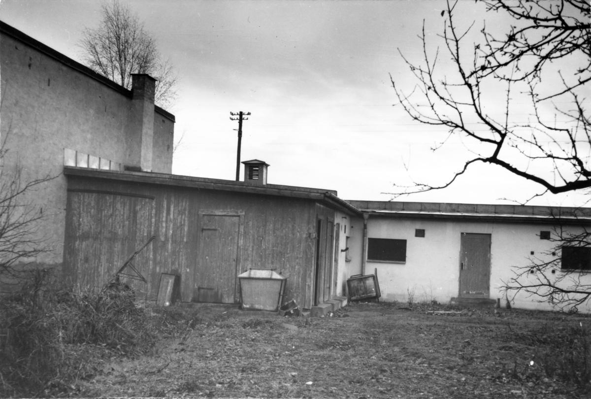 Enköping, kvarteret Bleckslagaren nr 2, Kryddgårdsgatan 27 - Östra Ringgatan 28, uthusfasad från ingången till huvudfastigheten, mot sydost