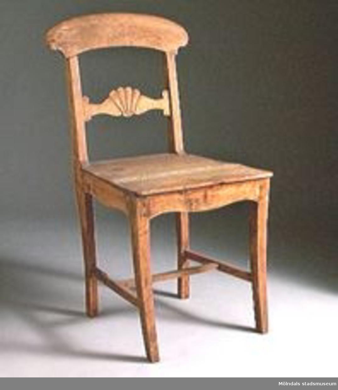 Trävit stol med träsits. Enligt G. Dalbäck Lindometillverkad.Stolen användes som förlaga till kafé-stolar på Mölndals museum.