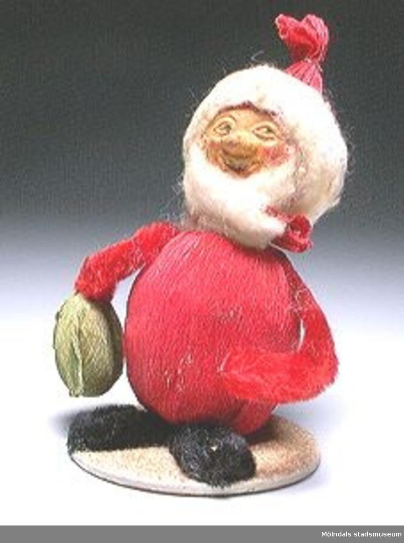 Sex tomtefigurer, tillverkade av flörtkulor kottar och piprensare, en figur består av en stege med två tomtar och en måne.Ingår i Holtermanska samlingen.Märkta med Mm 2859-1-6.