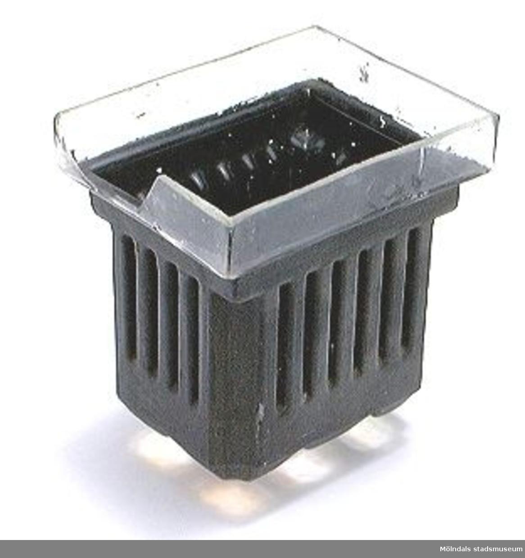 Behållare av glas, svartmålad, för framkallning av glasplåtar.