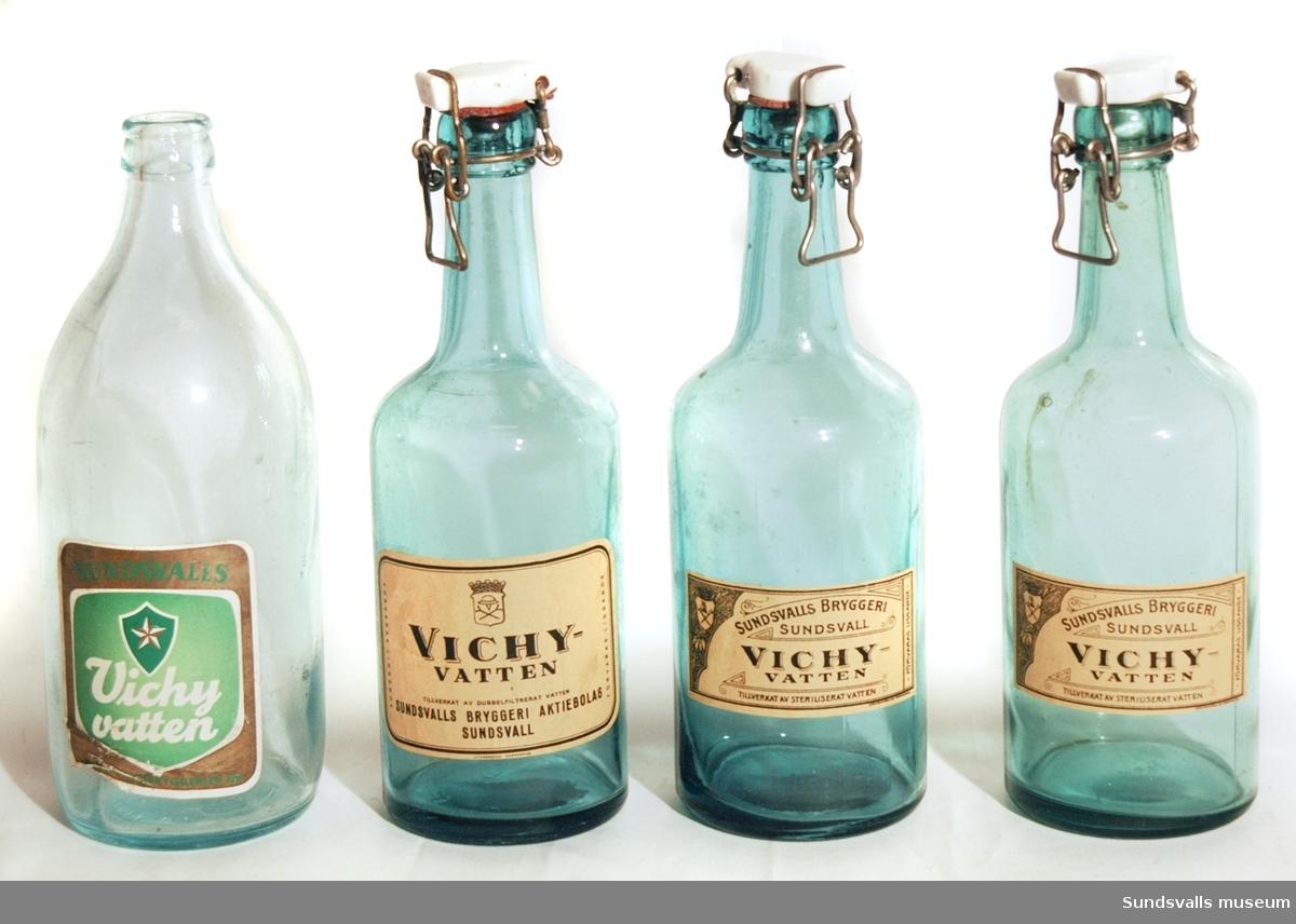 Fyra vichyvattenflaskor från Sundsvalls bryggeri. SuM 4936:1-3 är tillverkade i blåtonat glas och har patentkork. Etiketterna har beige botten med svart text. Texten på SuM 4936:1-2 lyder 'SUNDSVALLS BRYGGERI, SUNDSVALL, VICHYVATTEN, TILLVERKAT AV STERILISERAT VATTEN, FÖRVARAS LIGGANDE'. Texten på SuM 4936:3 lyder 'VICHYVATTEN, TILLVERKAT AV DUBBELFILTRERAT VATTEN, SUNDSVALLS BRYGGERI AKTIEBOLAG SUNDSVALL, FÖRVARAS LIGGANDE'. Etiketterna på SuM 4936:1-3 kommer från Lithografiska AB i Norrköping. SuM 4936:4 är tillverkad i ofärgat glas och saknar kork. Etiketten är grön-, vit- och guldfärgad och texten lyder 'SUNDSVALLS Vichyvatten, SUNDSVALLSBRYGGERIER AB'.
