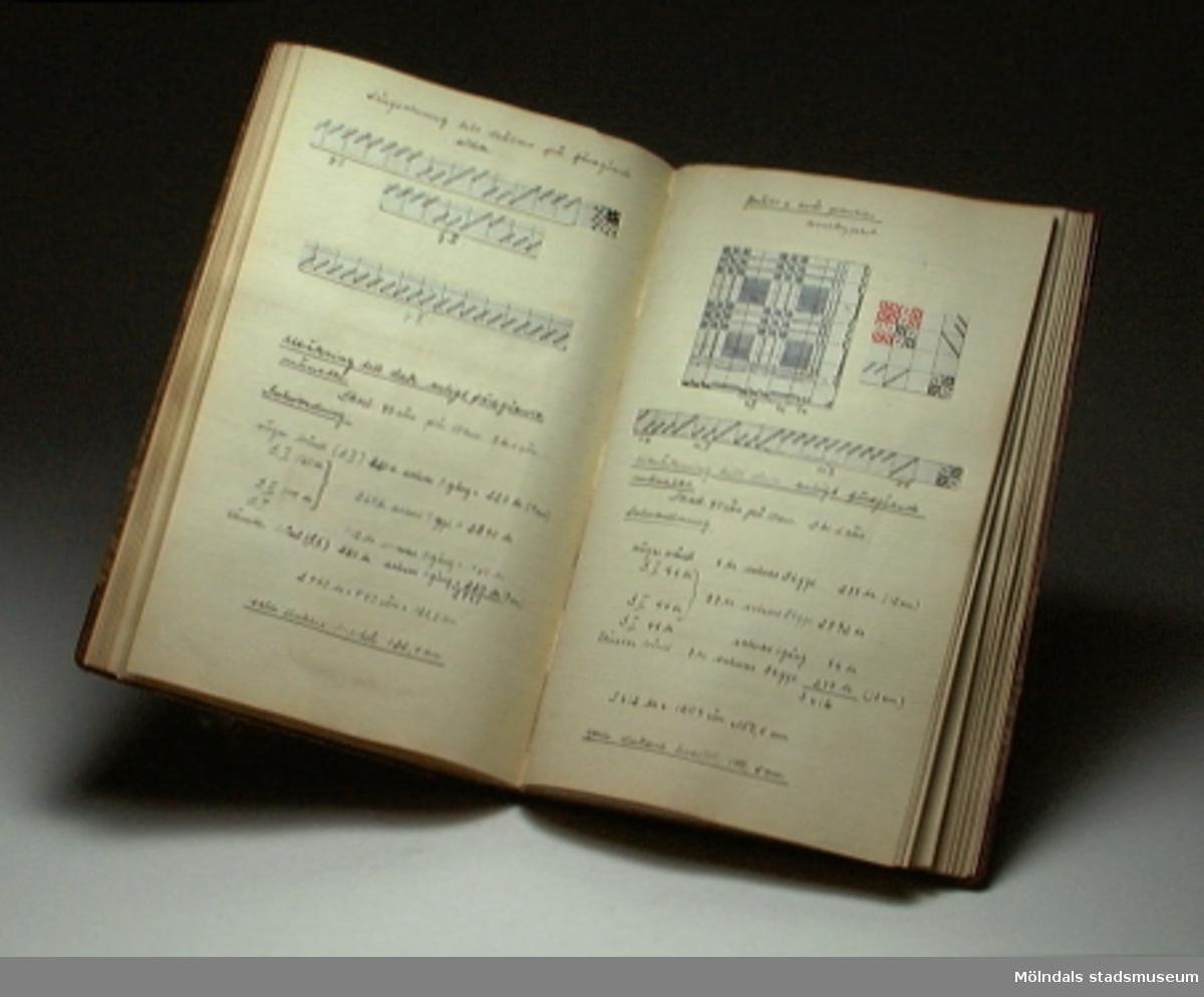 """Pärm med titeln """"Vävteori"""". Innehåller exempel på olika vävmönster, både skriftliga och textila, samt teori om vävning."""