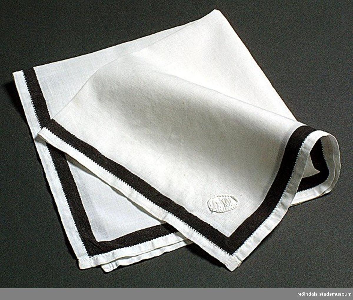Sorgnäsduk, vit med svart rand.