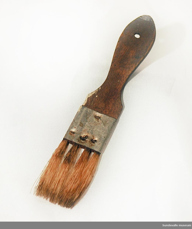Mindre pensel med fyra borst. Penseln användes på Yrkes- och lärlingsskolan i Sundsvall där Gustaf Walles (1892-1972) undervisade i fackteckning och målning med materiallära från 1929 och 36 år framåt.