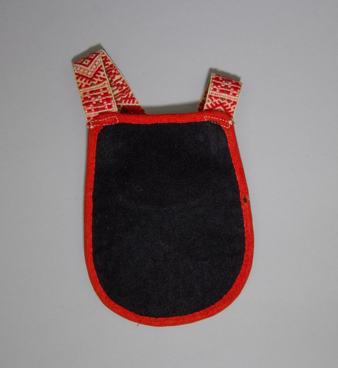 Kjolsäck till dräkt för flicka från Leksands socken, Dalarna. Modell med u-formad öppning. Tillverkad av svart ylletyg, med applikationer av filt, fastsydda på maskin. Centralt placerad hjärtblomma med trekanter i kanterna. Broderi utört med bomullsgarn i flera färger: flätsöm, sticksöm och öglestygn. Framstycket fodrat med vitt fabriksvävt bomullstyg, tuskaft. Kantad runtom med röda diagonalvävda band. Axelband handvävt, med plockat mönster med rött ullgarn på vit botten.