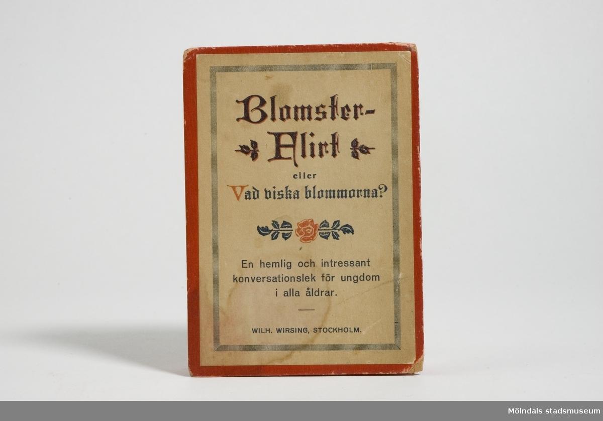"""""""Blomsterflirt eller vad viska blommorna?"""" Kortspel och konversationslek för ungdom i alla åldrar. Spelet omfattar 56 kort med meningar ur blomsterspråket."""