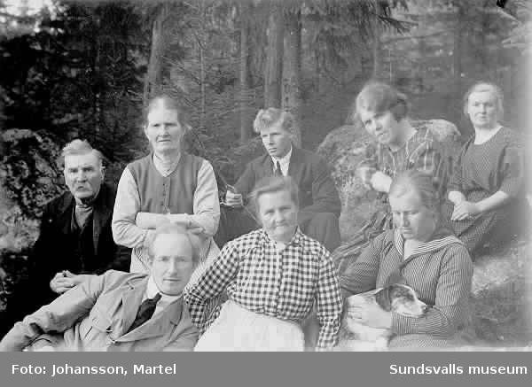 Grupporträtt i skogsmiljö med bl a Martel Johansson, familjen Persson.