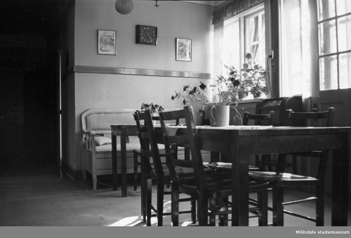 """Rumsinteriör med matbord och stolar på Mölndals barnhem, (f. d. Holtermanska) Rudbergsgatan. Direktören Martin Holterman i Ostindiska kompaniet ägde Åby gård. 1782 skänkte han 3000 daler silvermynt till Fässbergs församling + ett nybyggt skolhus och trädgård på gårdens ägor vid Åby by. I skolan skulle 10 fattiga barn undervisas i """"kristendom, skrivande och något räknande. Holtermans skola fanns kvar till 1875. Då hade donationens ändamål ändrats, och man byggde i stället ett barnhem kombinerat med småskola. 1914 brann barnhemmet och 1915 byggdes ett nytt barnhem på samma tomt. 1929 överlämnades barnhemmet till Mölndals stad."""