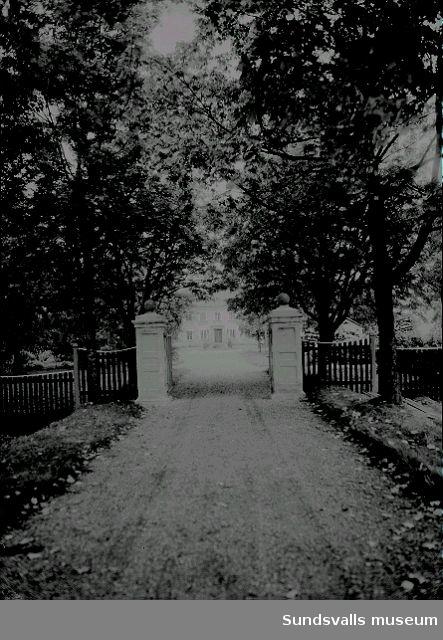 Entrén in till Wallerstedtska villan i Haga.