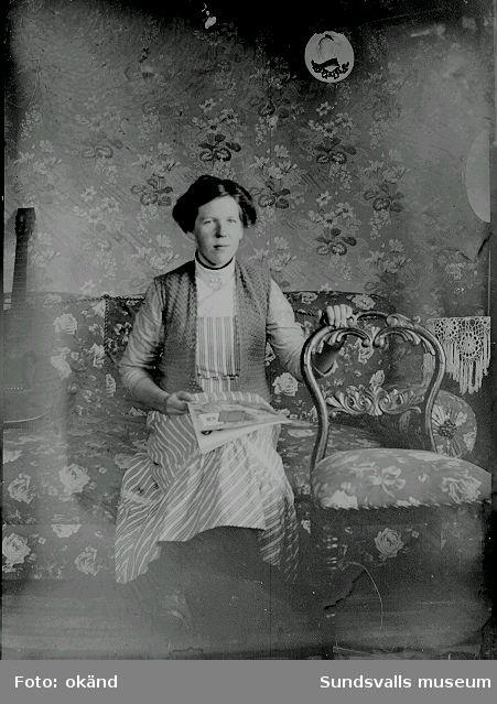 Barnporträtt, familjeporträtt, kvinnoporträtt i rumsmiljö. Bild nr 1 föreställer Ester Näslund, Ljustorp med föräldrar.