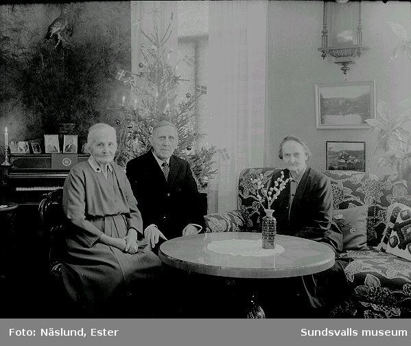Fotograf Maria Kihlbaum med yrkespartnern Ester Näslunds föräldrar, Kristina och Lars Johan Näslund. De bodde allesammans i samma hus på Nygatan 41, Södermalm.